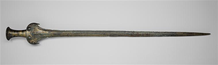Epée du Bronze moyen à poignée décorée