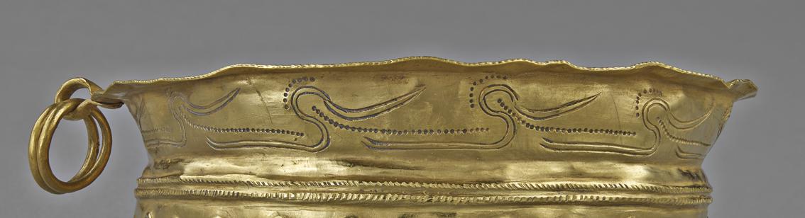 Motifs d'oiseaux huppés ornant la tasse en or de Paimpont - MAN 83 168.