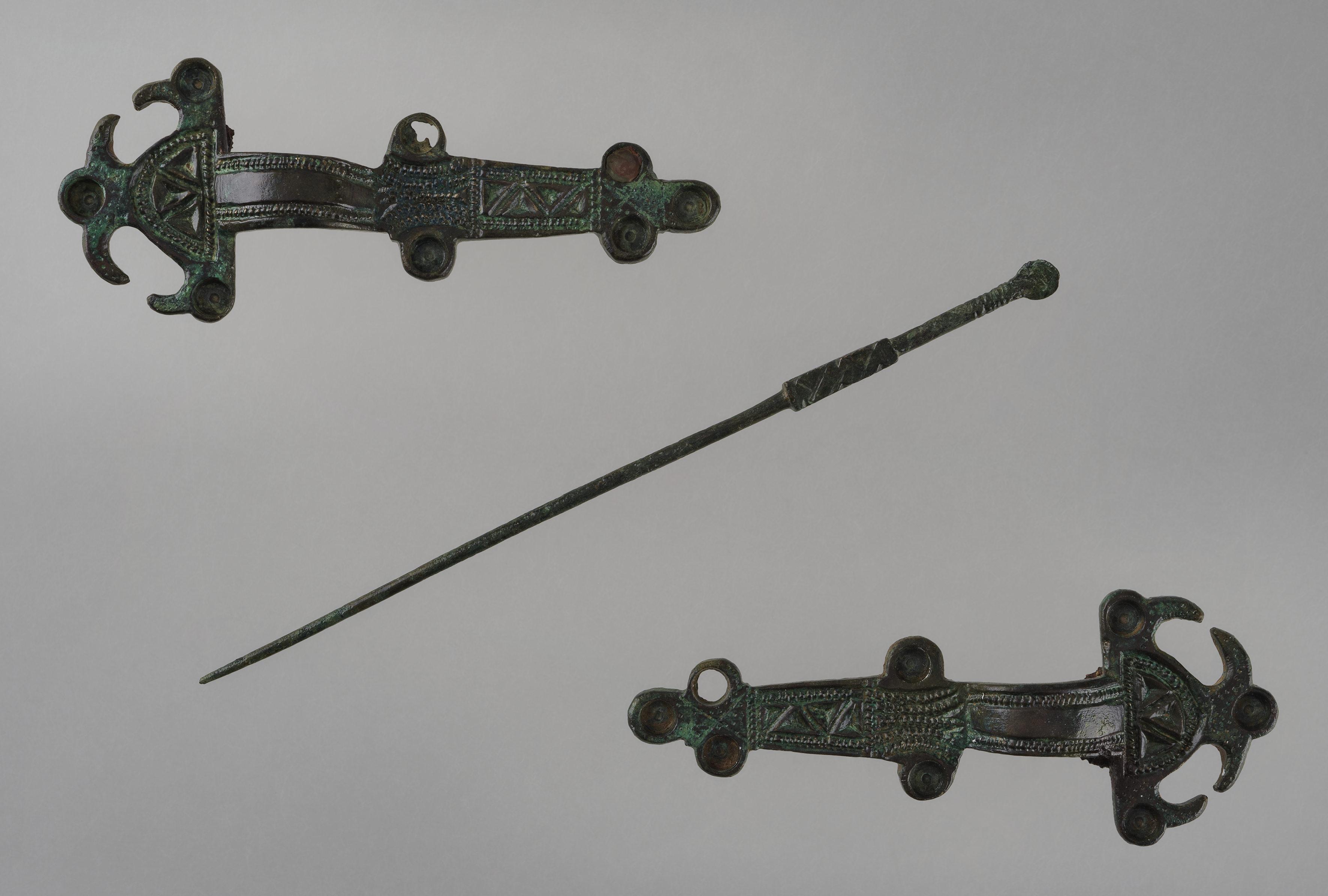 Bijoux de la tombe n° 117 d'Estagel (Pyrénées-Orientales) : deux fibules, épingle, MAN78596. Vers 500-575