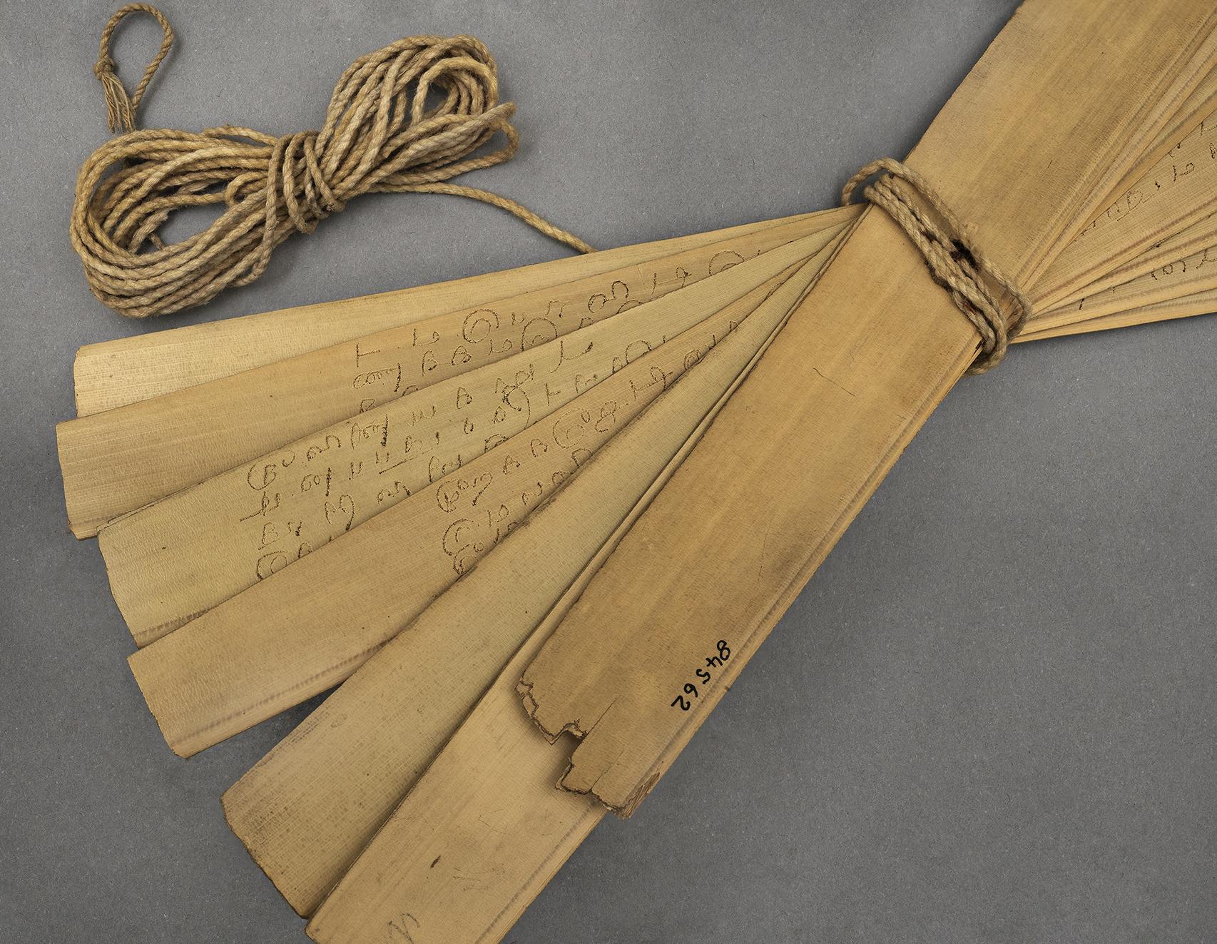 Manuscrit tamoul composé de feuilles de palme formant des ôles avec inscriptions en tamoul - Détail de l'écriture