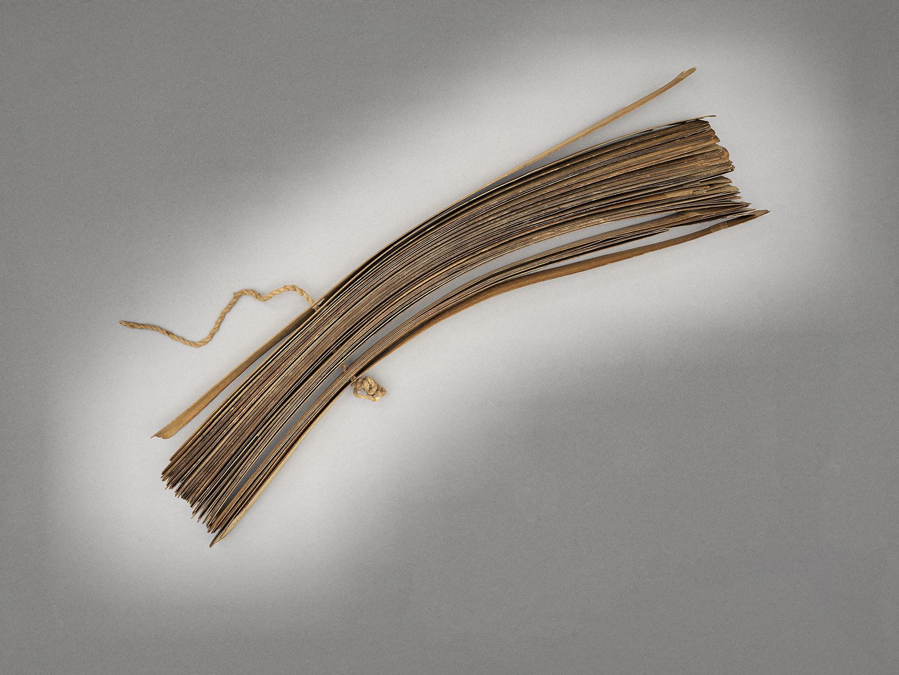Manuscrit tamoul composé de feuilles de palme formant des ôles avec inscriptions en tamoul - Fermé de profil