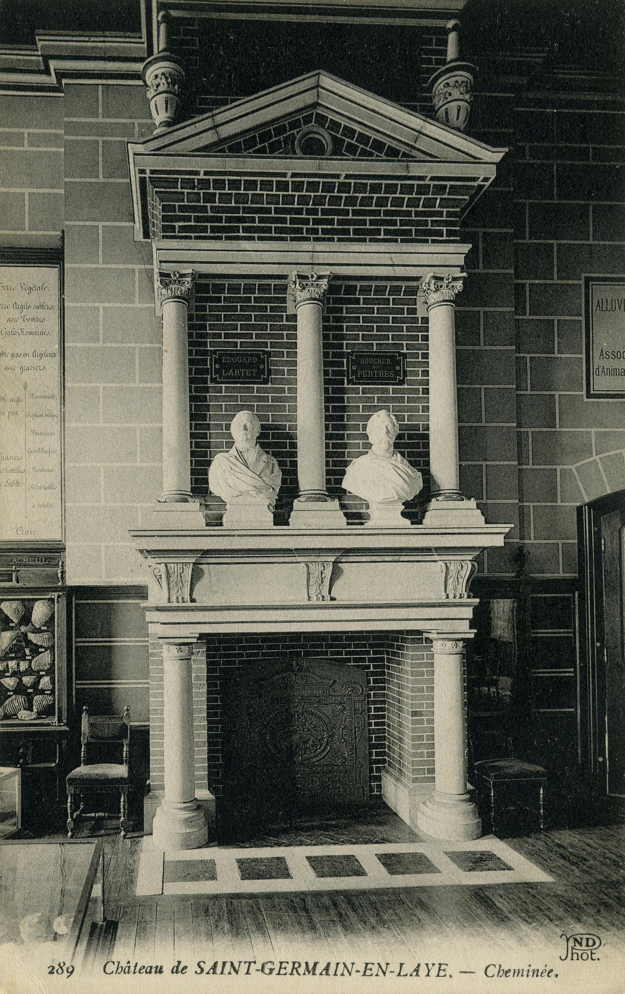 La cheminée,les bustes de Lartet (à gauche) et de Boucher de Perthes (à droite).