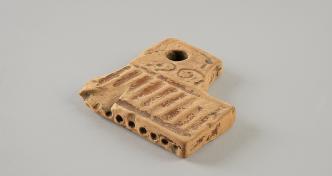 La flûte de Pan factice, terre cuite. IIe-IIIe s. apr. J.-C. ? MAN, inv. 89806.