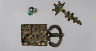 Bijoux de la tombe n° 8 d'Estagel (Pyrénées-Orientales) : plaque-boucle, fibule, trois perles - Vers 475-550 -MAN77266