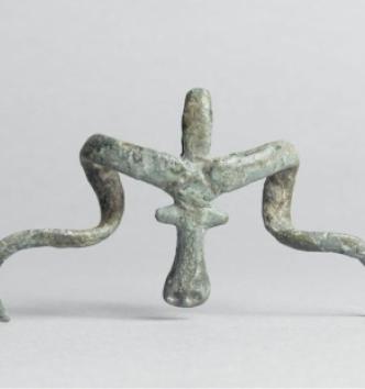 Nécropole de Koban, Pendeloque zoomorphe à tête de mouflon à cornes spiralées, prolongée par un anneau de suspension