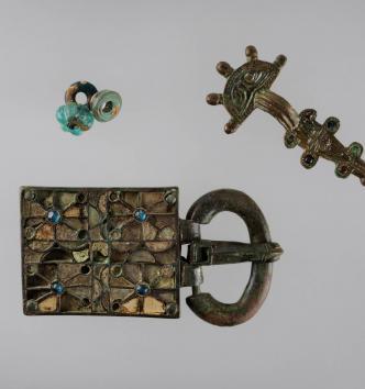 Bijoux de la tombe n° 8 d'Estagel (Pyrénées-Orientales) : plaque-boucle, fibule, trois perles - Vers 475-550