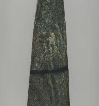 Lame de hache Grès-Haut, Calvignac (Lot) Jadeite. Fin du 5e millénaire avant notre ère