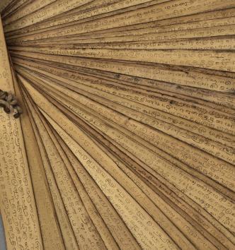 Manuscrit tamoul composé de feuilles de palme formant des ôles avec inscriptions en tamoul