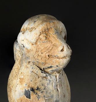 Figurine représentant un singe portant le cuculus, céramique. Saint-Pourçain-sur-Besbre (Allier). Fin Ier s. – début IIe s.