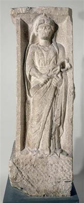 Pilier orné sur quatre faces : Rosmerta